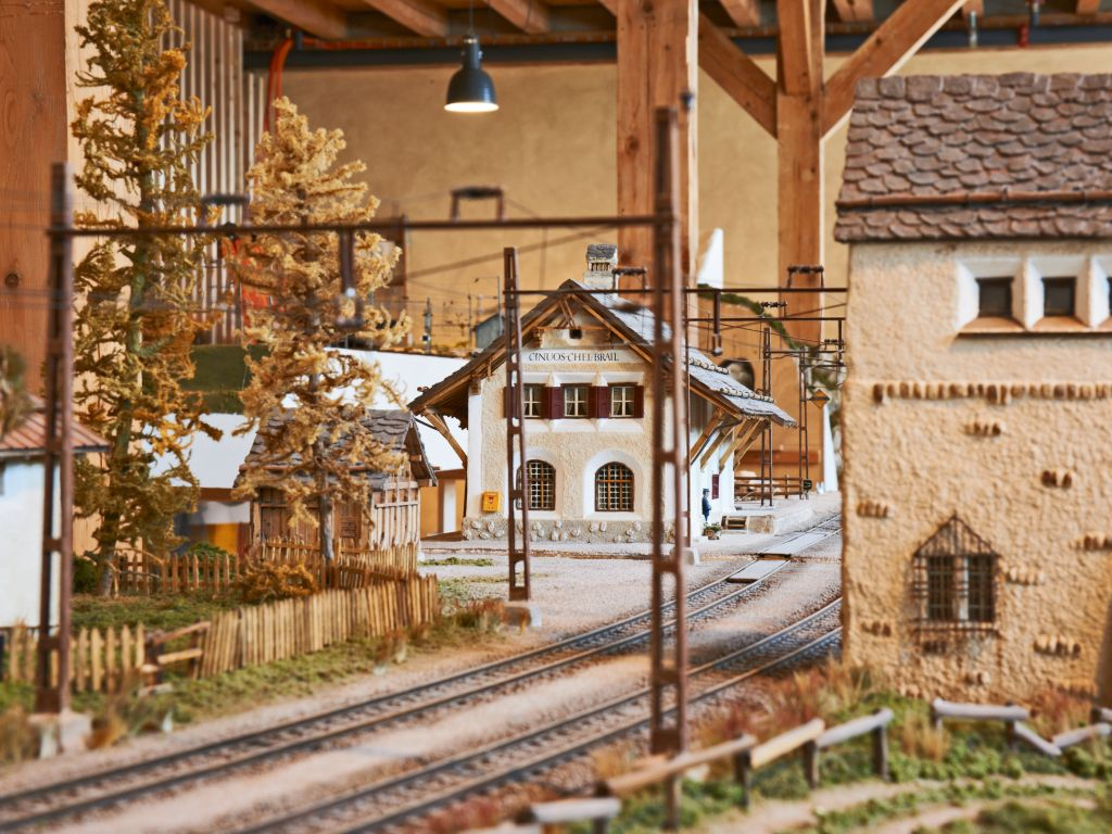 The model is strikingly similar to the original. Built by Bernhard Tarnutzer to a scale of 1:45, the model railway shows the buildings, viaducts and tunnels of the Rhaetian Railway as they would have been between 1950 and 1960.