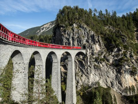 A fascinating sight on the move since 1889: The Rhaetian Railway (RhB)